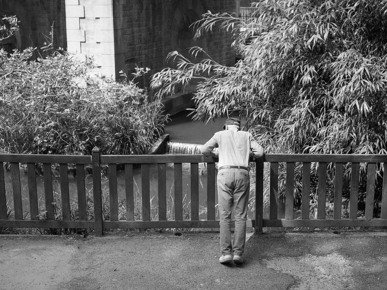 Un vieil homme qui faisait des pompes contre une barrière