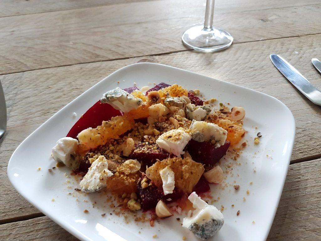 Geroosterde rode bieten salade met geitenkaas en sinaasappel