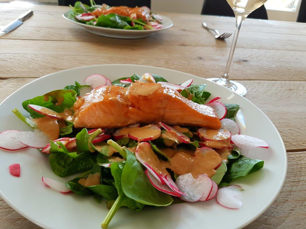 Gordon Ramsey's geglaceerde zalm met spinazie-radijs salade