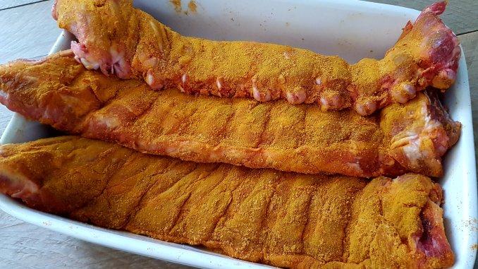 Rauwe spareribs ingesmeerd met de Tropical Pork Rub uit Smokey Goodness 2