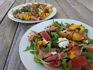 Salade geroosterde perzik, mozzarella, serranoham