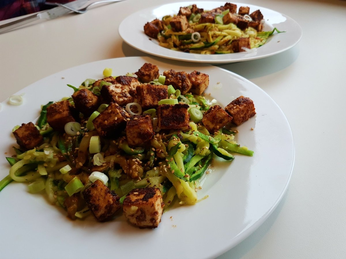 Courgetti in een pittige saus met knapperige tofu