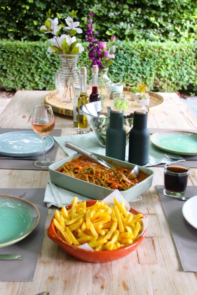 Duuveltjesvlees op gedekte tafel met frietjes