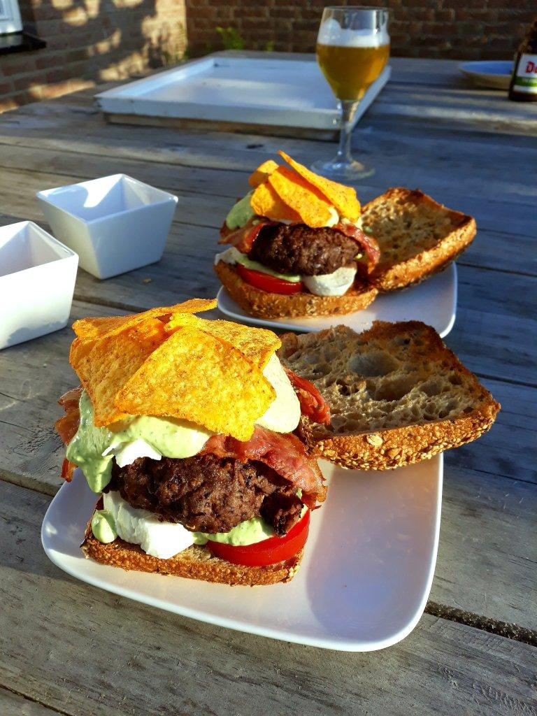 Mexicaanse hamburger met jalapenosaus en nachos