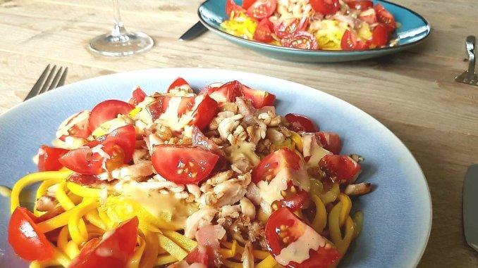 Ceasar courgetti met krokante kip en tomaatjes