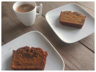 Pompoencake met kruidnoten op bordje met koffie