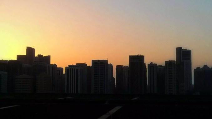Sonneuntergang über der Skyline von Abu Dhabi an Ramadan