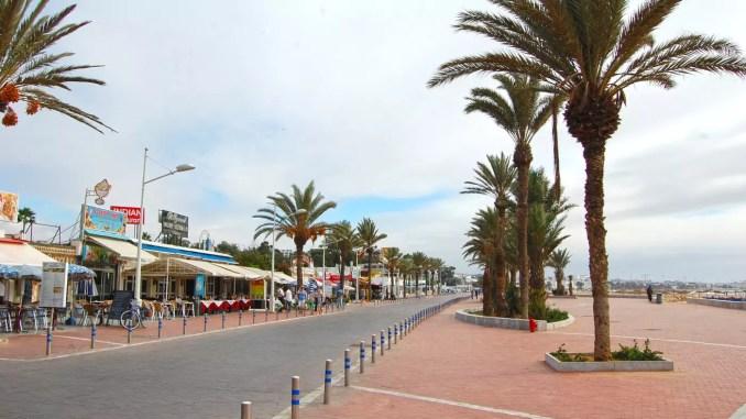 Die Promenade von Agadir ist sehr modern angelegt. Palmen säumen die breiten Spazierwege.