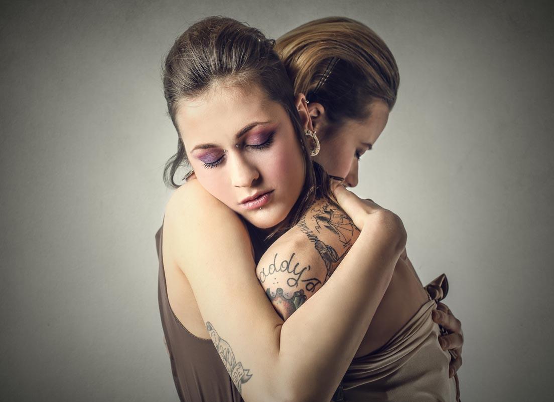 Umarmen statt viele Worte, wirkt... (Foto: Ollyy/ Shutterstock.com)