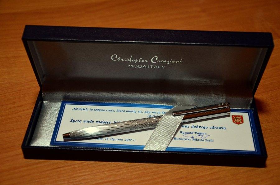 Długopis włoskiej firmy Christopher Creazioni - podarowany wraz z okolicznościowymi życzeniami przez Ryszarda Pabiana burmistrza miasta Jasła