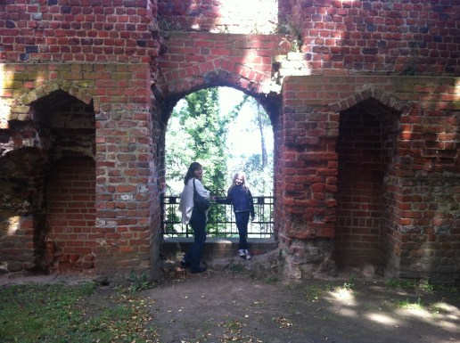 Maiken og Arendse i kloster