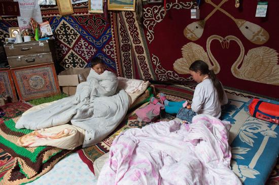 Un momento di vita quotidiana in una gher di falconieri in Mongolia