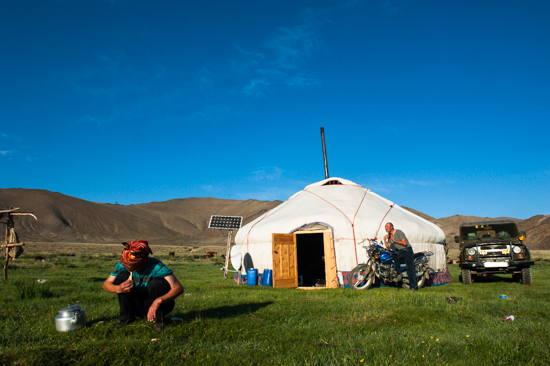 Momadi kazaki si lavano i denti e dsi radono in mongolia