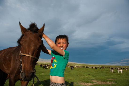 Un bambino nella steppa mongola