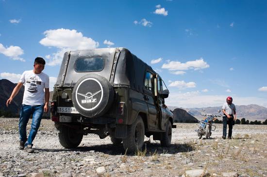 I falconieri mi accompagnano al loro accampamento degli Altai a bordo di uno UAZ