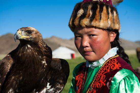 Asholpan è la prima donna della storia che ha battuto falconieri venuti da tutto il mondo.