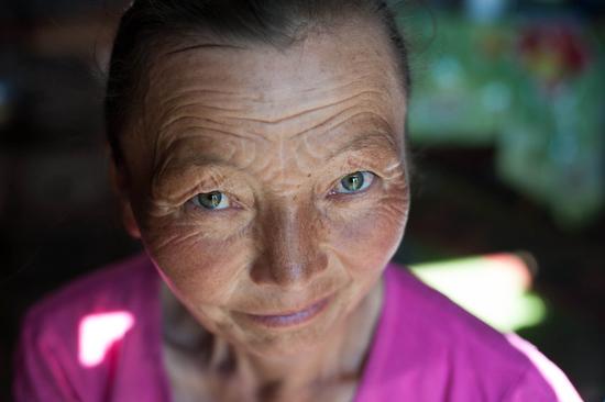 Volto donna kazaka, moglie di un falconiere della Mongolia