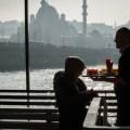 Istanbul, barista sul traghetto davanti al ponte di Galata
