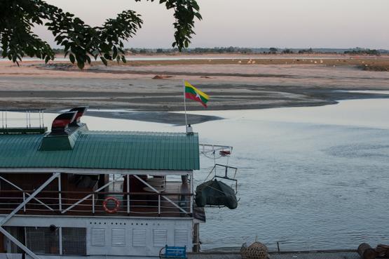 Imbarcazione pubblica sul fiume Irrawaddy