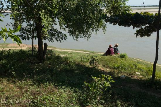 Donne osservano il fiume Irrawaddy dalle sponde di Katha, Birmania.