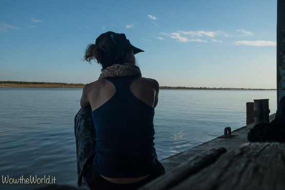 Giorgiana Scianca aspetta la barca governativa per navigare sul fiume Irrawaddy, da Katha fino a Mandalay.