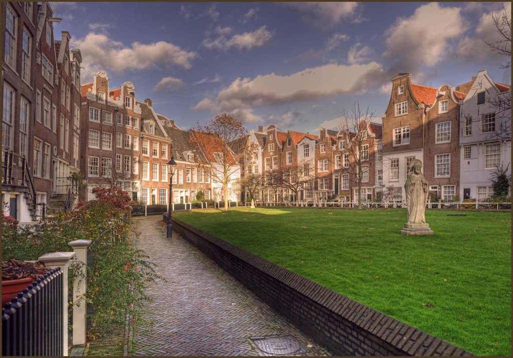 Begijnhof, Amsterdam - by Bert Kaufmann:Flickr