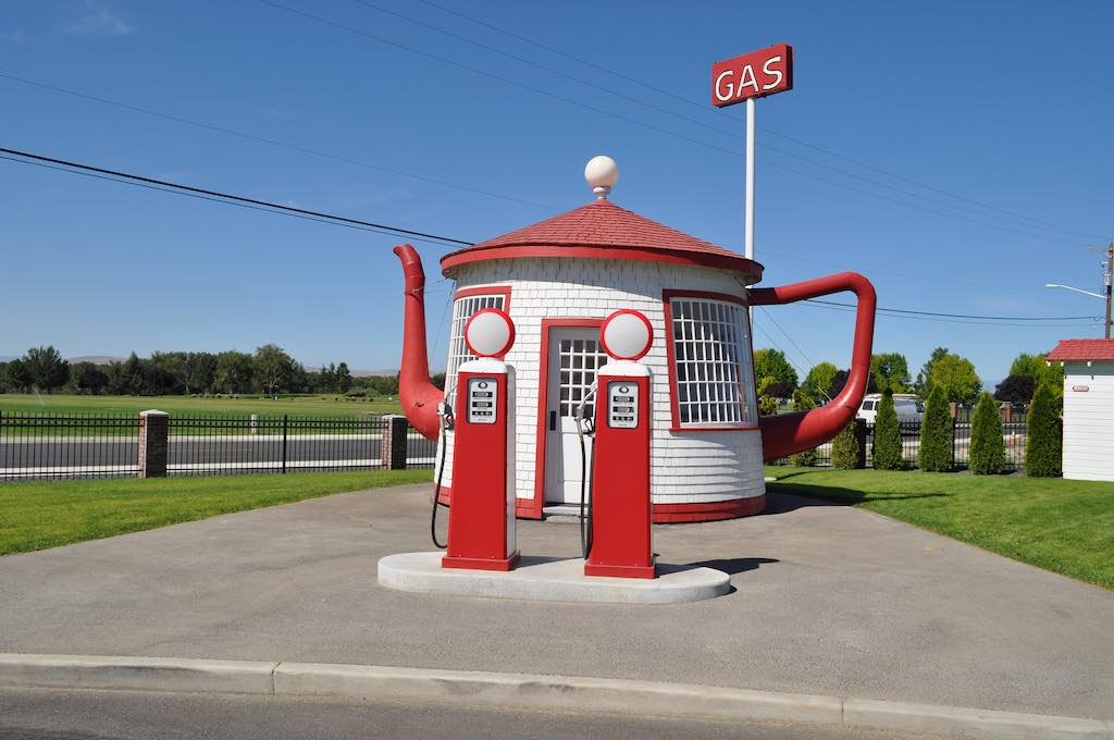 Teapot Gas Station, Washington - by Orin Blomberg - oblomberg:Flickr