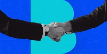 foto-de-maos-dadas-com-fundo-azul-para-representar-o-processo-de-fechamento-ao-vender-sua-empresa