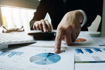 foto-de-pessoa-analisando-graficos-para-ressaltar-a-importancia-da-avaliacao-de-empresas-periodica