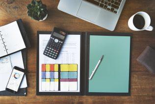 foto-de-calculadora-post-its-caderno-e-computador-para-ilustrar-texto-sobre-metodo-contabil
