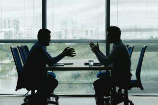 foto-de-empresarios-conversando-para-ilustrar-o-processo-de-due-diligence