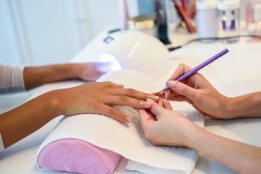 manicure-fazendo-a-unha-de-cliente