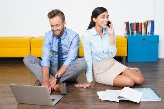 foto-de-casal-trabalhando-para-representar-uma-foto-de-casal-de-mulheres-em-ambiente-de-trabalho-para-ilustrar-uma-empresa-entre-conjuges