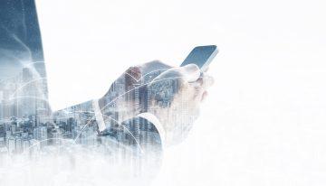 foto-de-maos-mexendo-no-celular-representando-o-networking-feito-de-forma-digital