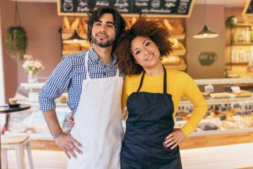 casal-de-empreendedores-diante-de-sua-padaria-para-ressaltar-a-importancia-de-dar-preferencia-a-negocios-locais-diante-da-pandemia-de-coronavirus