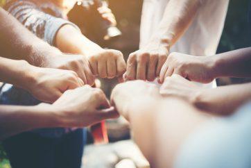 foto-de-maos-unidas-simbolizando-uma-equipe-para-enfrentar-o-covid-19