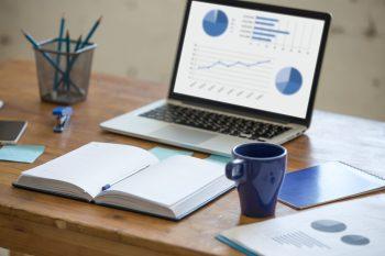 foto-de-mesa-com-caderno-caneta-e-notebook-para-ilustrar-artigo-sobre-dicas-para-empresas-sobreviverem-durante-a-quarentena