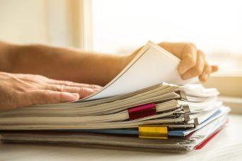 foto-de-pessoa-separando-documentos-para-fazer-a-declaracao-do-imposto-de-renda-pessoa-fisica