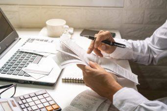 foto-de-homem-analisando-contas-para-reduzir-gastos