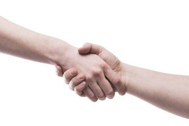 foto-de-pessoas-dando-as-maos-simbolizando-a-compra-de-uma-empresa