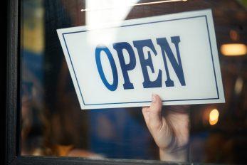 foto-de-pessoa-girando-placa-escrito-open-simbolizando-que-vai-abrir-novo-negocio