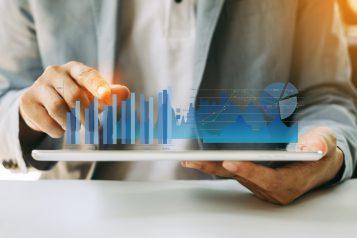 foto-de-pessoa-com-tablet-nas-maos-com-graficos-que-representam-o-fluxo-de-caixa-uma-das-modalidades-de-avaliar-empresas