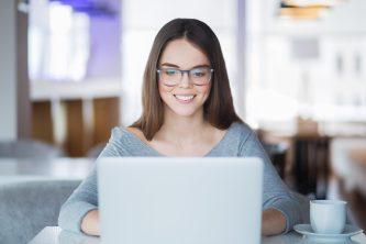 foto-de-mulher-mexendo-no-computador-para-fazer-a-organizacao-financeira