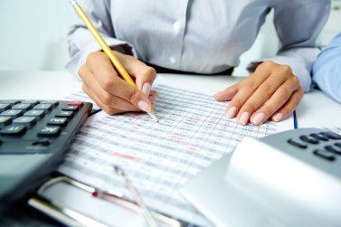 foto-de-pessoa-analisando-informacoes-contabeis-para-fazer-calculo-do-valuation