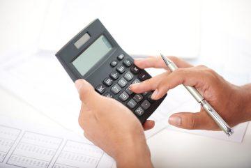 foto-de-pessoa-com-calculadora-em-maos-para-calcular-o-valuation-de-uma-empresa