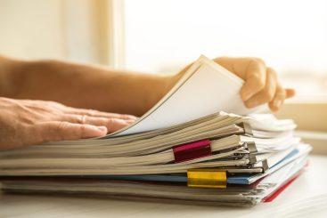 foto-de-pessoa-separando-documentos-para-vender-bem-uma-empresa