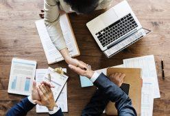 foto-de-pessoas-dando-as-maos-no-processo-de-compra-e-venda-de-empresas-apos-assinar-o-acordo-de-confidencialidade