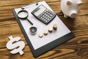 foto-de-calculadora-moedas-lupa-caderneta-e-cronometro-para-ilustrar-calculo-do-wacc