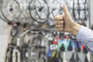 foto-de-pessoa-fazendo-sinal-positivo-diante-de-bicicletas-para-ílustrar-as-oportunidades-do-mercado