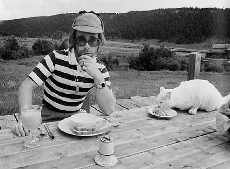 <p>Elton John and Frank the cat at Caribou Ranch.</p>